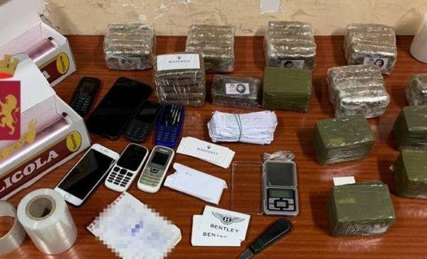 Secondigliano, più di sei chili di hashish in un appartamento: due arresti (I NOMI)