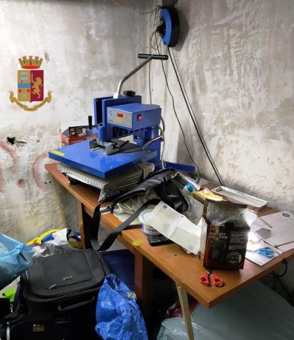 Poggioreale, Polizia scopre laboratorio del falso in un garage: arrestato un 66enne (IL NOME)