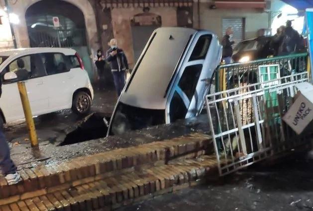Secondigliano, voragine si apre in strada: inghiottita auto