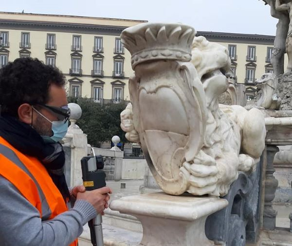 Piazza Municipio: rimossi i graffiti dalla Fontana del Nettuno