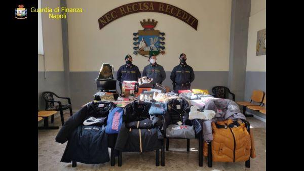 Scampia, sequestrati 114mila capi d'abbigliamento contraffatti: denunciata una 31enne