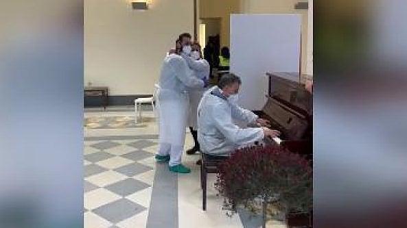 Bacoli, infermiere-pianista rallegra anziani per il vaccino