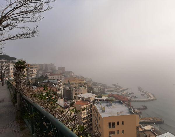 Napoli si sveglia avvolta dalla nebbia: è il secondo giorno consecutivo