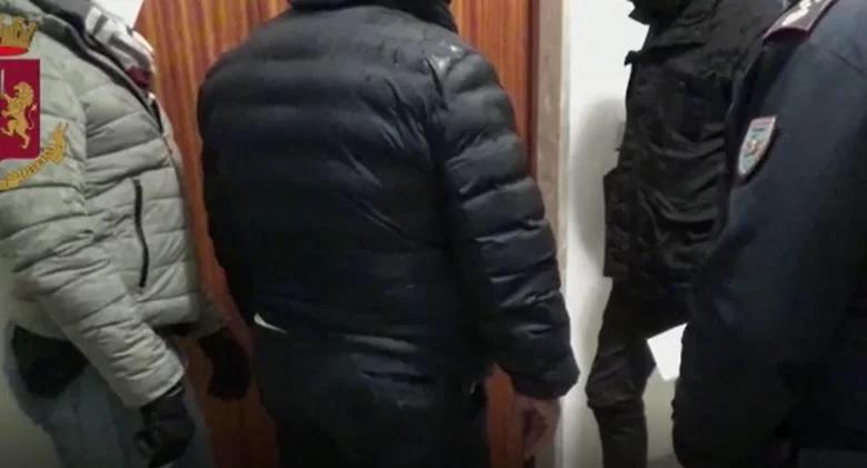 I poliziotti, una volta entrati nell'appartamento di Fuorigrotta , hanno rinvenuto nella cucina, all'interno di un pensile, 23 buste di marijuana del peso complessivo di circa 25 grammi.