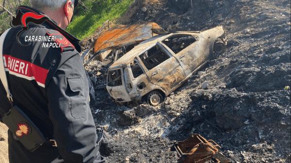 Terra dei Fuochi, 300 carcasse di automobili date alle fiamme: due arresti