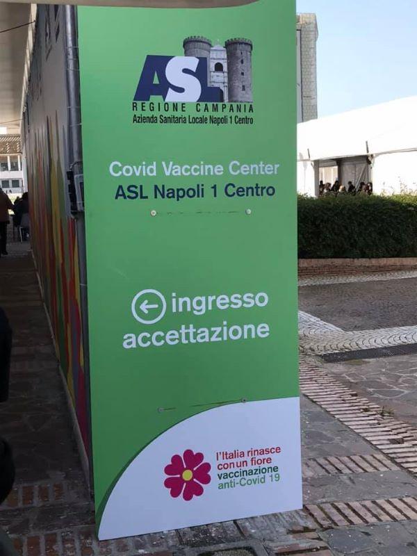 Hub Vaccinale Mostra d'Oltremare: 51enne pretende di saltare la fila e aggredisce guardia giurata