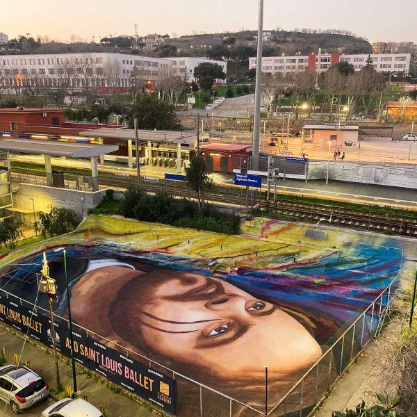 Jorit, nuovo murale a Bagnoli: il volto di Pablo Hasél su un campo da basket