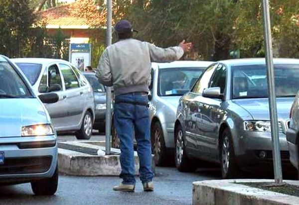 Parcheggiatore abusivo arrestato a Napoli: minacciava donna