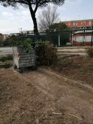 Ponticelli, rimossi rifiuti da via Carlo Miranda: erano a pochi metri dall'IC De Filippo (GALLERY)