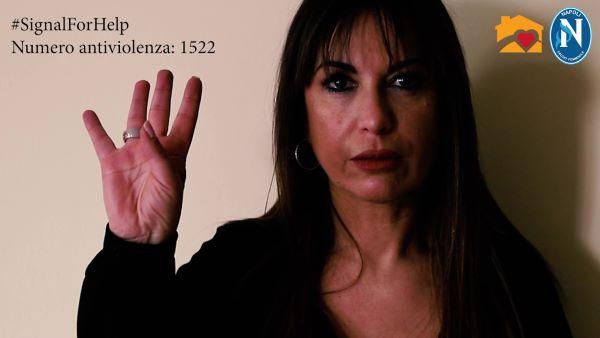 #SignalForHelp: un gesto per chiedere aiuto contro la violenza domestica (VIDEO)