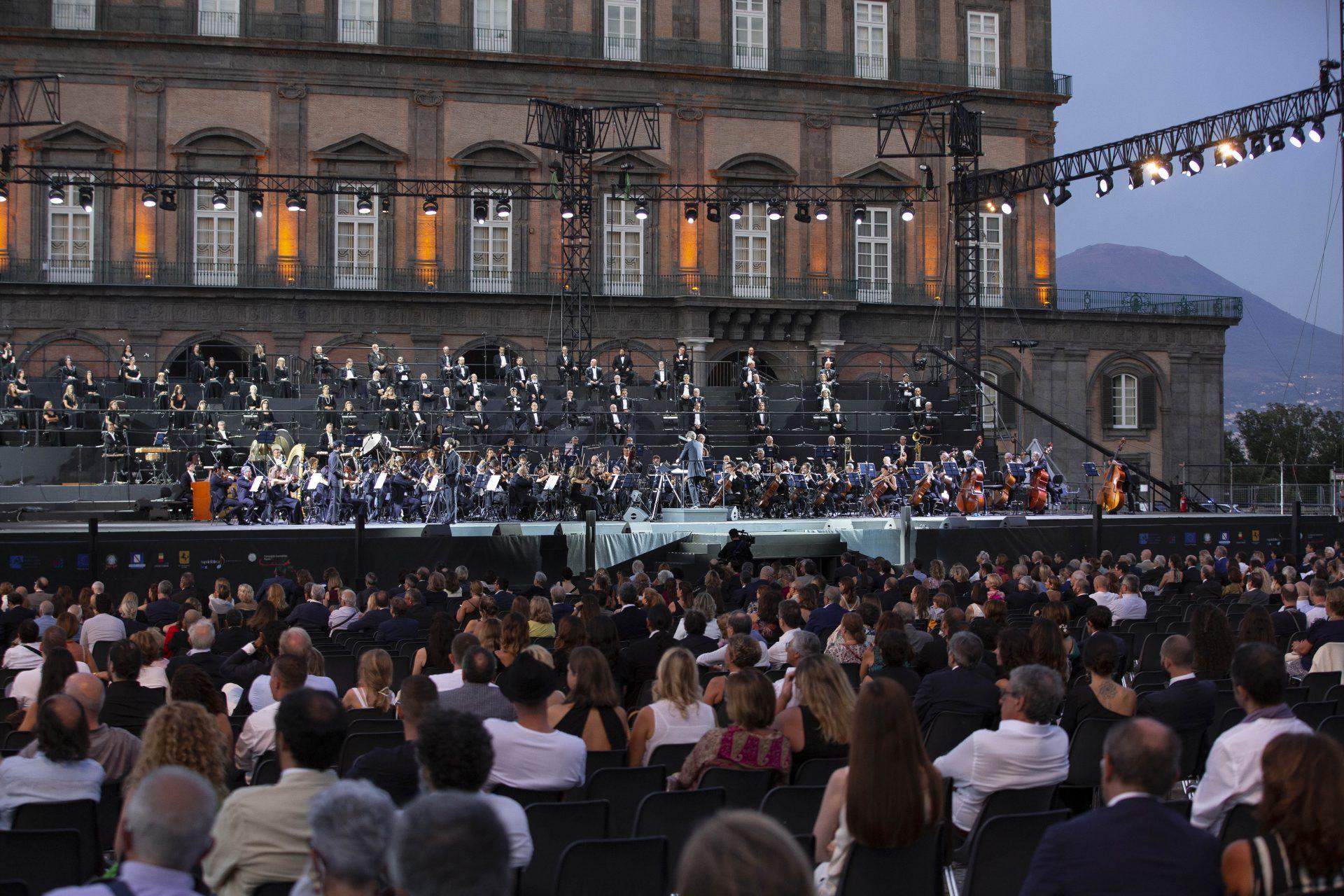 Napoli, 400 biglietti gratis per le prove de Il Trovatore di Giuseppe Verdi in Piazza del Plebiscito