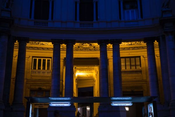 Comune di Napoli: ripristinata illuminazione dei porticati di fronte al Teatro San Carlo