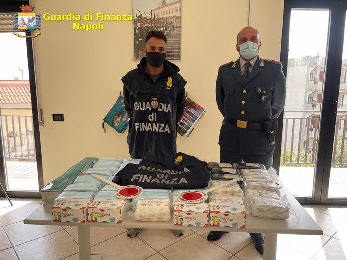 Mascherine illegali sequestrate in negozi cinesi a Napoli