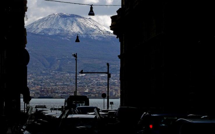 Meteo Napoli, calano temperature e torna la neve sul Vesuvio