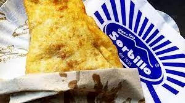 """Pizza fritta, lo """"sfizio"""" di Napoli per eccellenza: ecco dove mangiarla"""