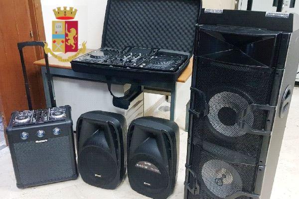 Corso Umberto, Polizia interrompe festa in un appartamento: due arresti