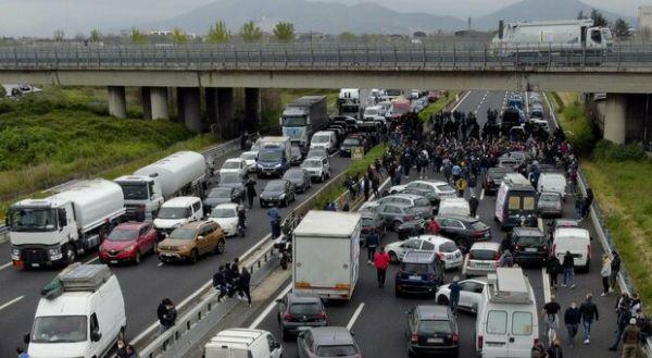 Caserta, operatori dei mercati protestano contro la zona rossa: bloccata la A1