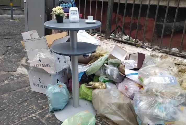 Pignasecca, via i paletti-tavolini: torna la spazzatura