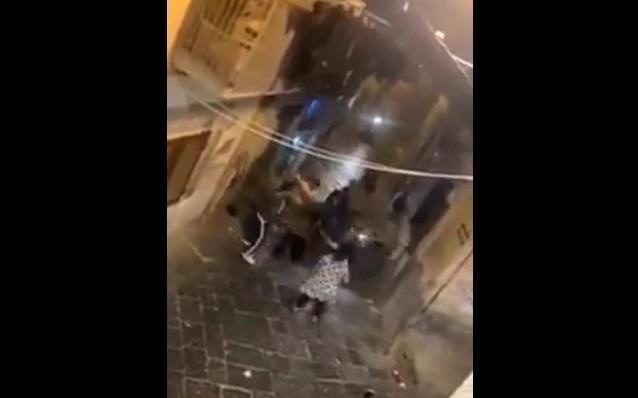Via dei Tribunali, presunto ladro picchiato in strada