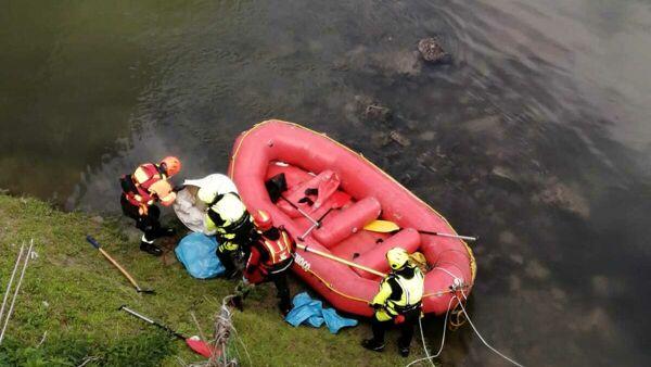 Capua, cane gettato nel fiume Volturno con pesi al collo