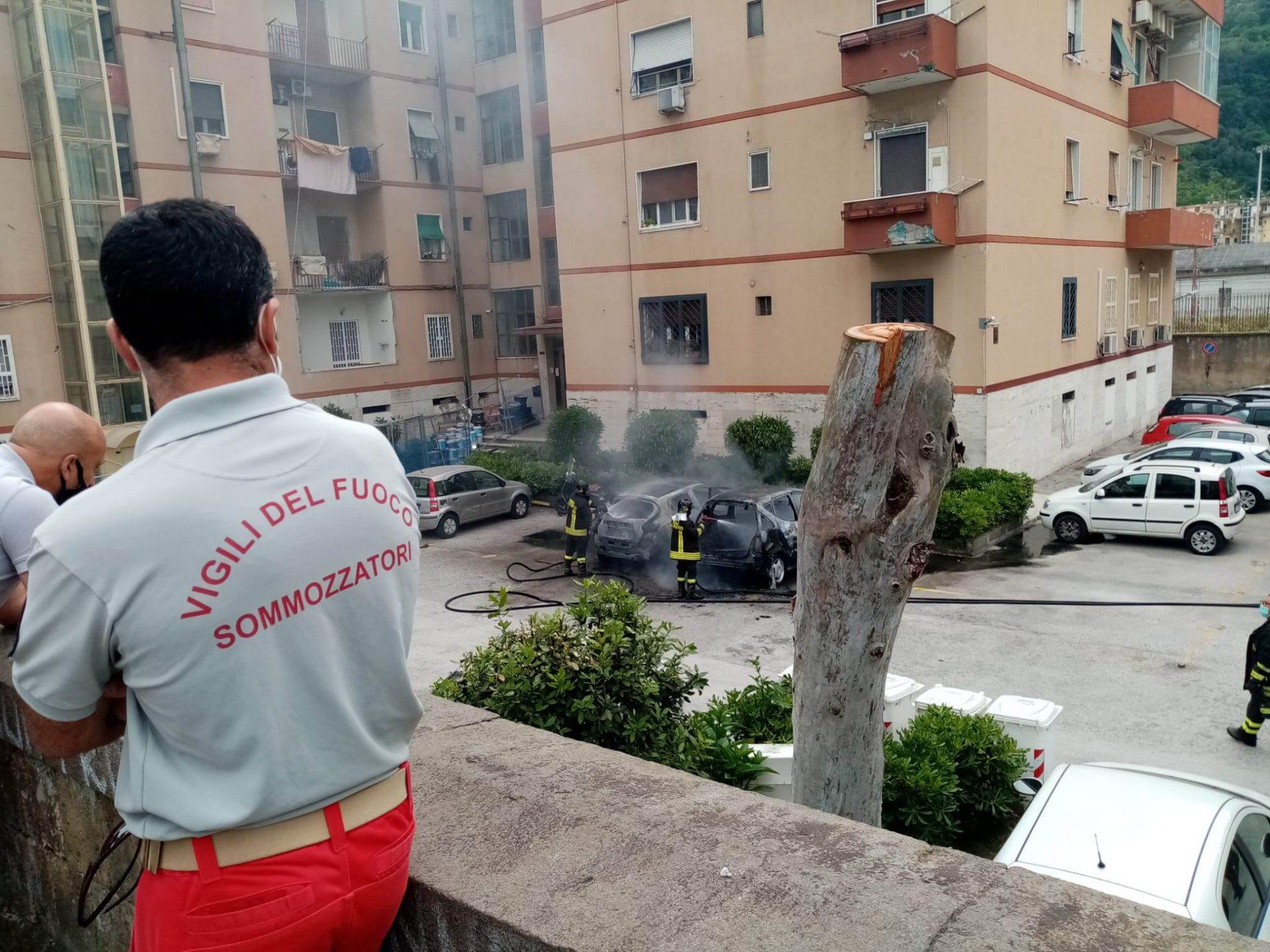 Fuorigrotta: paura per due auto in fiamme nel parco dei Ferrovieri [foto]