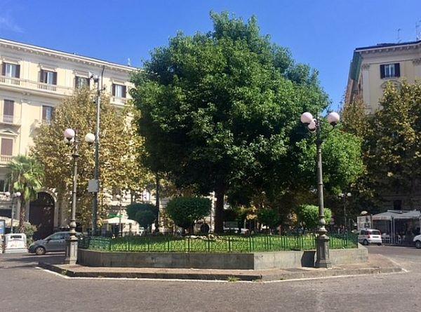 Vomero, tentano di rubare uno scooter in Piazza Vanvitelli: in manette padre e figlio (I NOMI)
