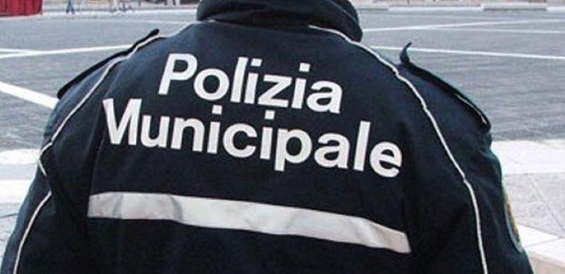 San Giovanni a Teduccio, sversano rifiuti speciali e aggrediscono i vigili: due arresti