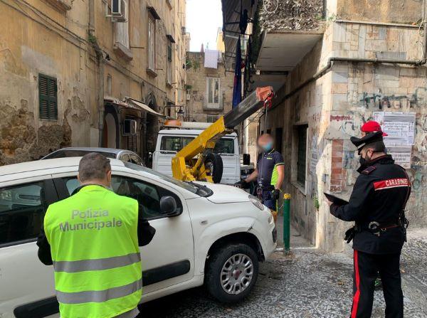 Quartieri Spagnoli: Carabinieri e Vigili rimuovono 10 auto e 5 motocicli abbandonati per strada