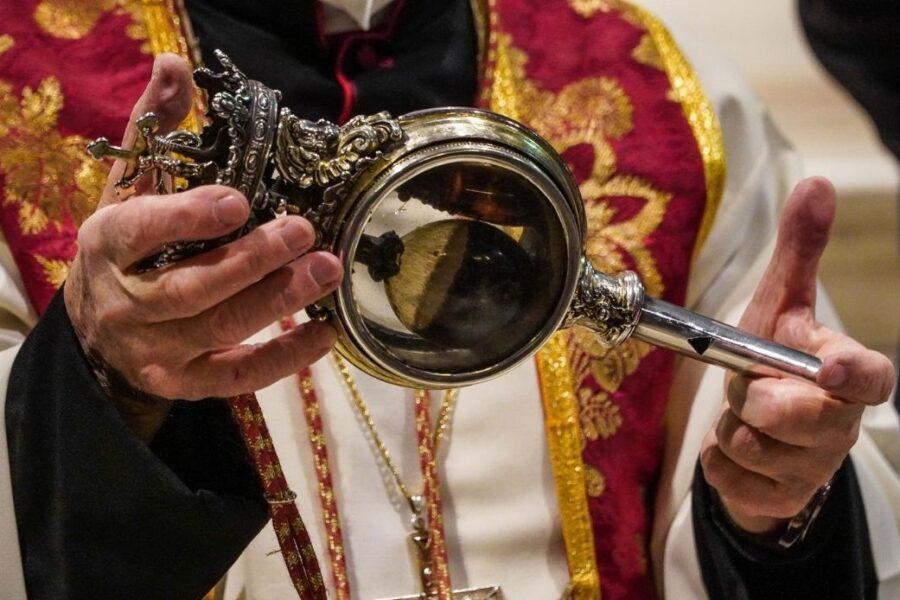 Il sangue di San Gennaro si è sciolto. Applausi ed emozione nel Duomo di Napoli