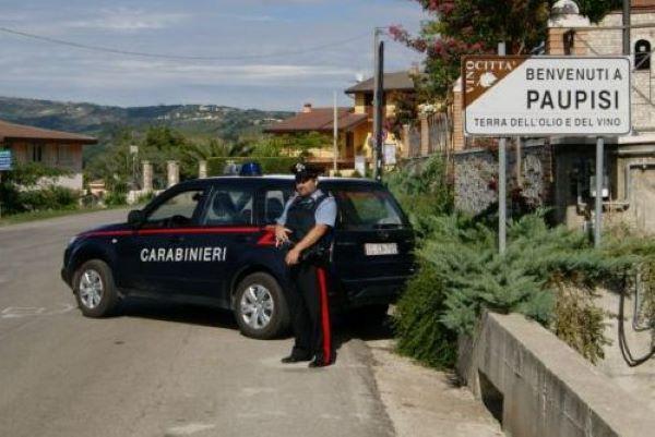 Paupisi, abbandonano 5 cuccioli ma vengono rintracciati: uomo aggredisce i Carabinieri e viene arrestato