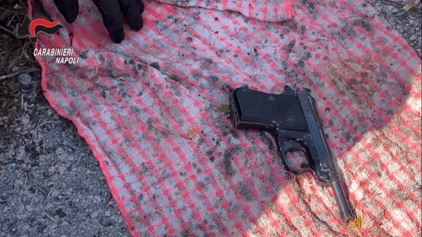 Pianura, controlli dei Carabinieri: una pistola e 51 grammi di cocaina in un muretto di tufo