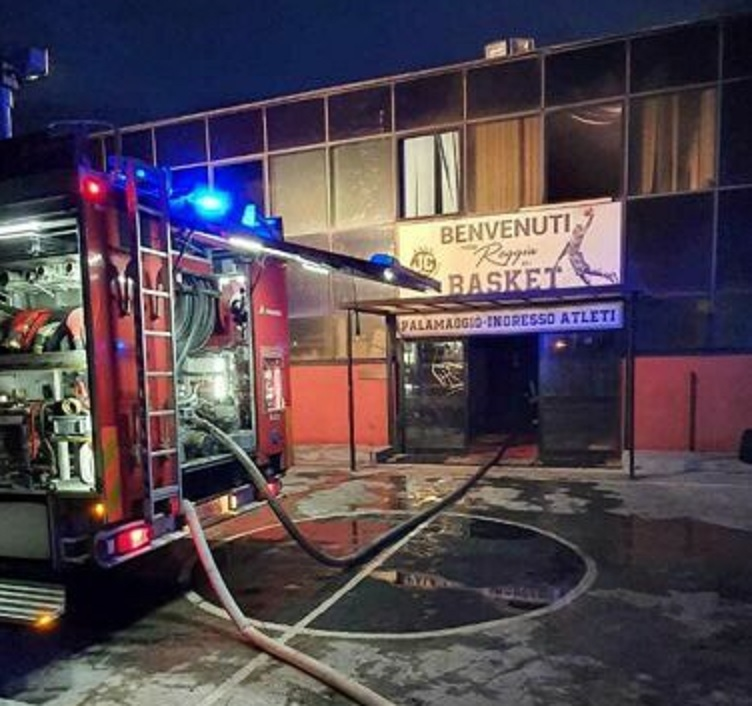 Caserta, incendio al Palamaggiò: si segue anche la pista dolosa