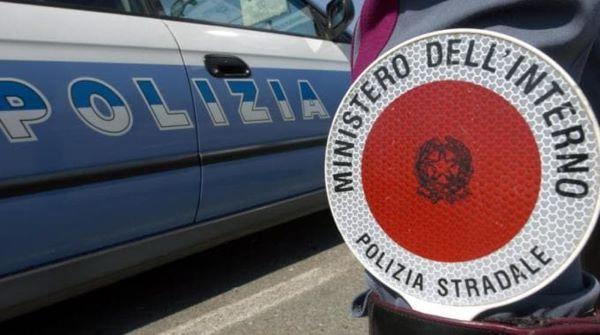 Napoli, 21enne incastrato nell'auto in fiamme dopo incidente: salvato dalla Polizia Stradale