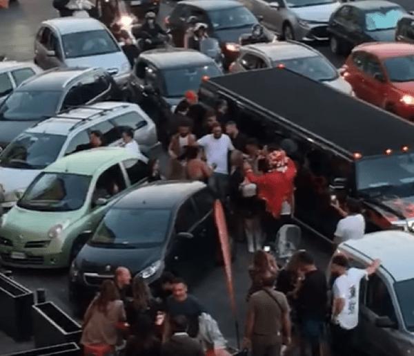 """Napoli, la denuncia di Borrelli: """"star"""" di TikTok blocca il traffico di Chiaia"""