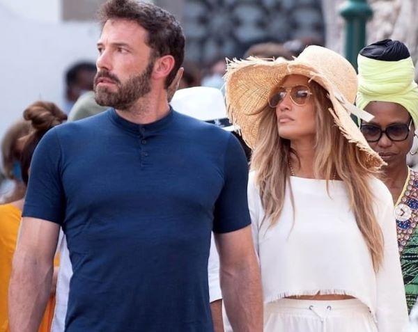 Jennifer Lopez e Ben Affleck, romantica vacanza in Campania: il loro yacht è a Napoli