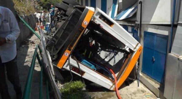 Capri, minibus esce di strada e precipita su un lido: morto l'autista e 28 feriti