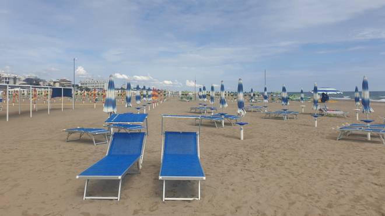 Vacanze, la variante Delta fa paura: è boom di disdette