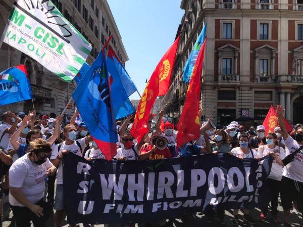 Stabilimento Whirlpool di Napoli, operai a Roma: protesta al Mise