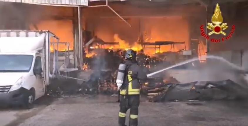San Marco Evangelista, in fiamme fabbrica di caffè - VIDEO