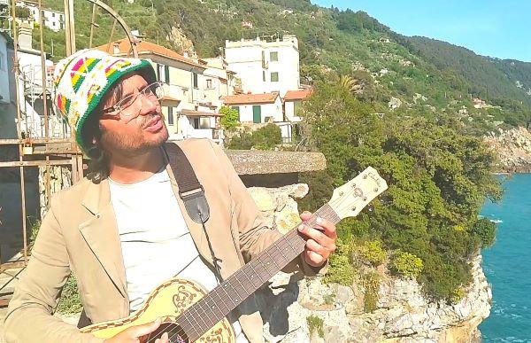 """""""Scenne 'o sole"""": Acronimo Costanzo… Orazio napoletano nel Golfo dei Poeti (VIDEO)"""
