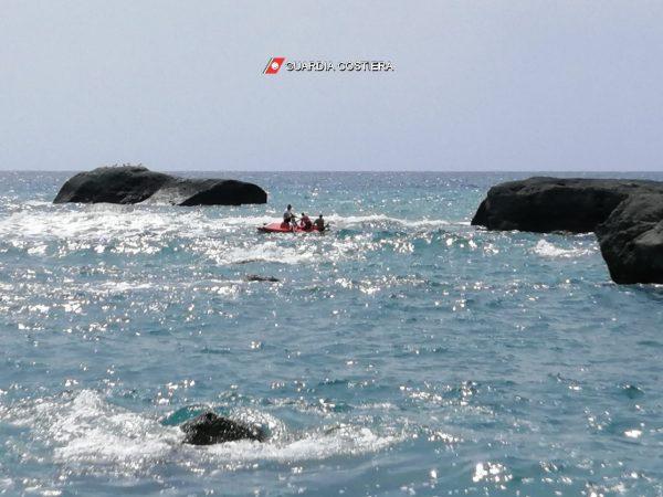 """ISCHIA: soccorso un bagnante in mare a """"Citara"""" e domato un incendio a bordo di un'imbarcazione in porto a Forio"""""""