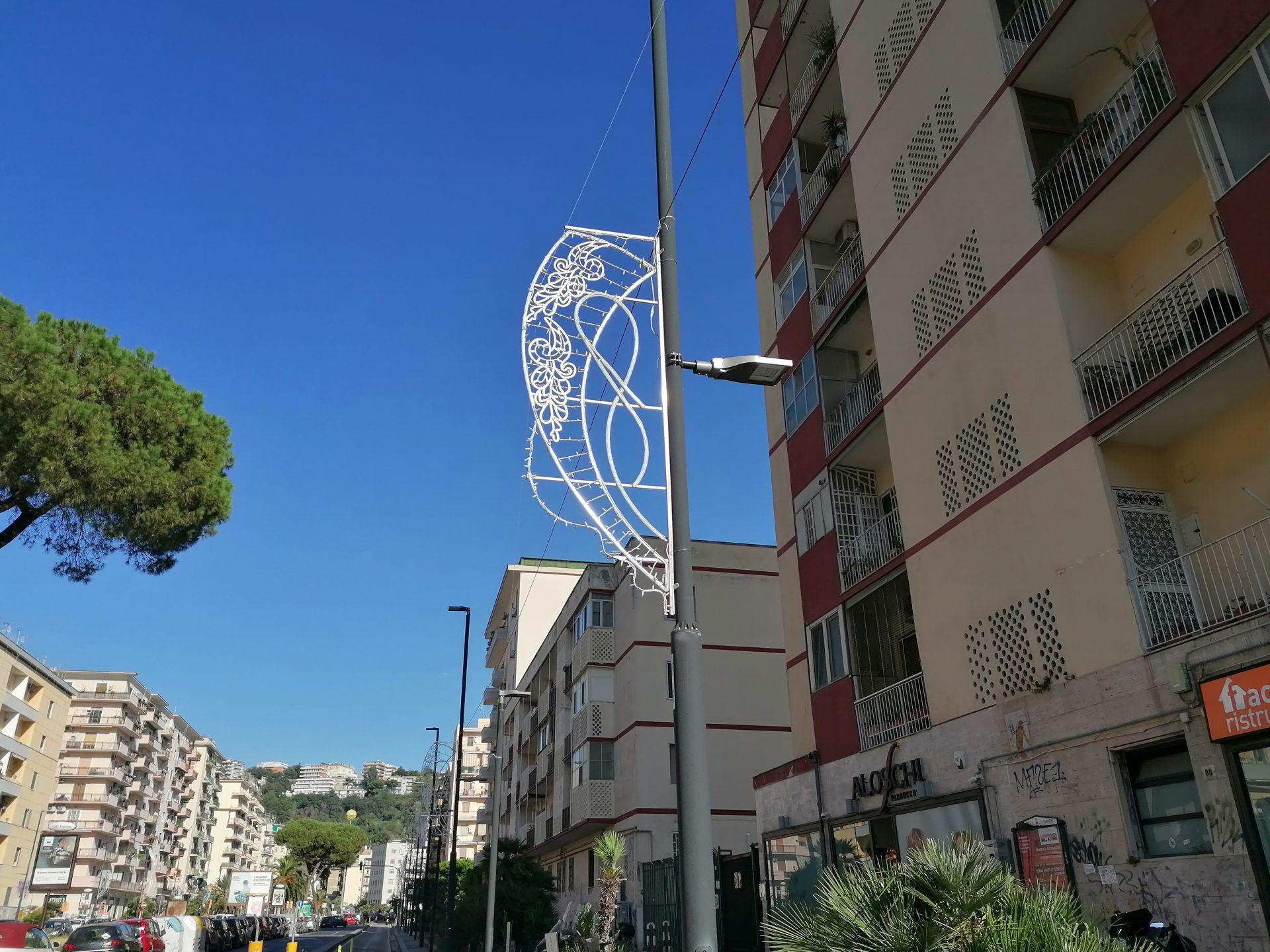 A Napoli il Natale arriva prima: in città spuntano già le luminarie natalizie