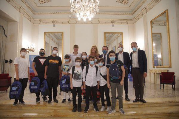 Federica Pellegrini, testimonial JAKED, consegna 20 borse di studio di nuoto ai bambini