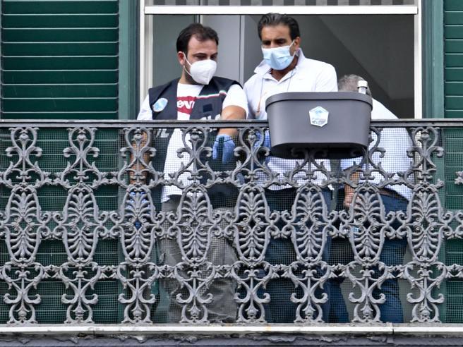 """Bimbo caduto dal balcone a Napoli, la vicina del domestico: """"Lo sentivo parlare da solo, urlava anche di notte"""""""