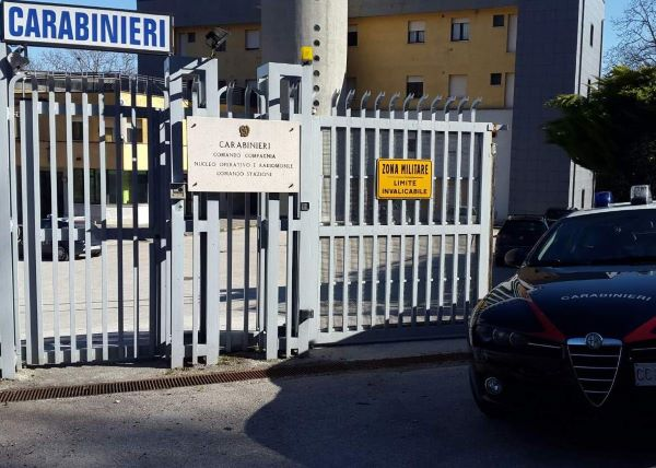 Montella, minaccia di sparare a una donna e si scaglia contro i Carabinieri: arrestato un 23enne