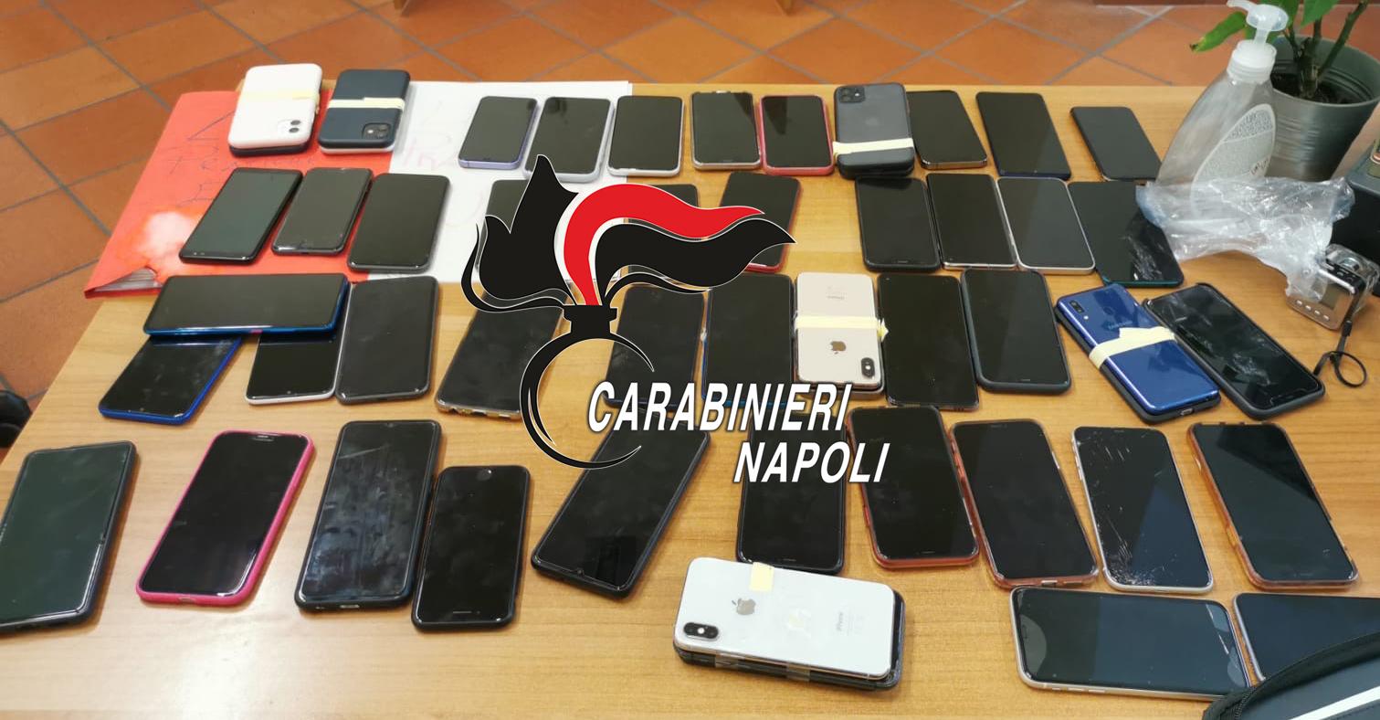 Napoli, immigrato fermato con 55 smartphone: denunciato